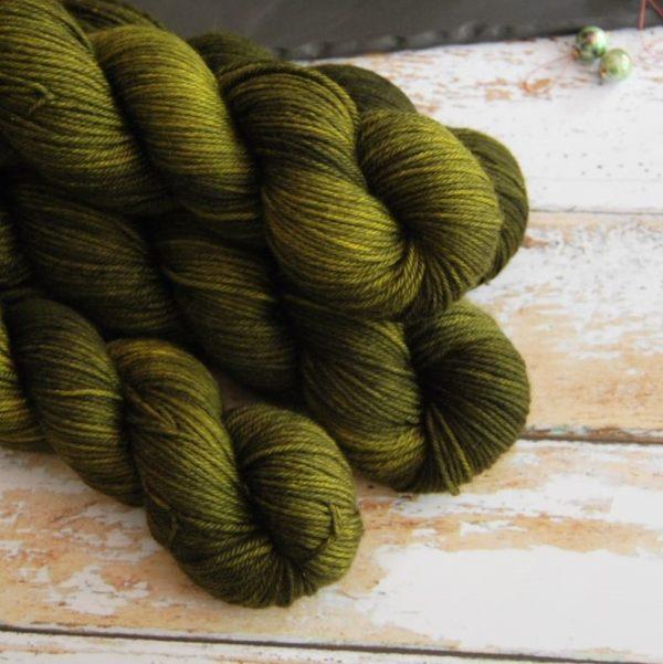 une-louve-dans-les-bois-2-laine-artisanal-teinte-main-DK-merino-foret-noire