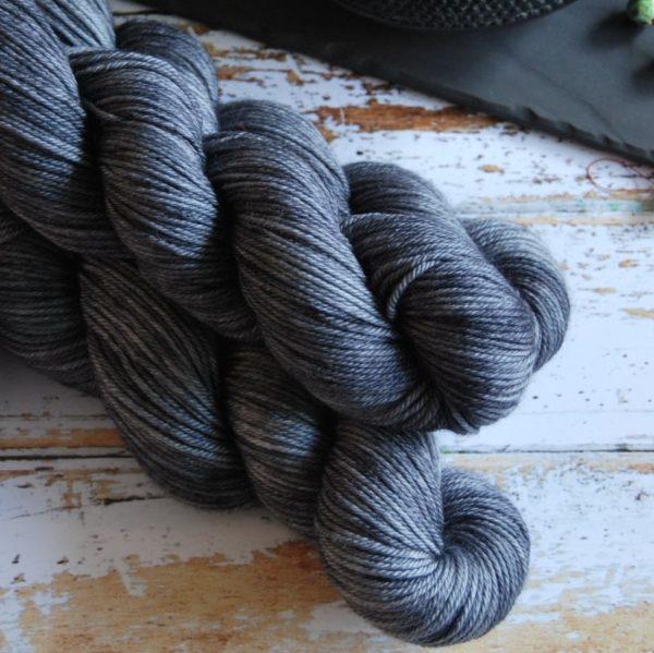 une-louve-dans-les-bois-2-laine-artisanal-teinte-main-DK-merino-graphite