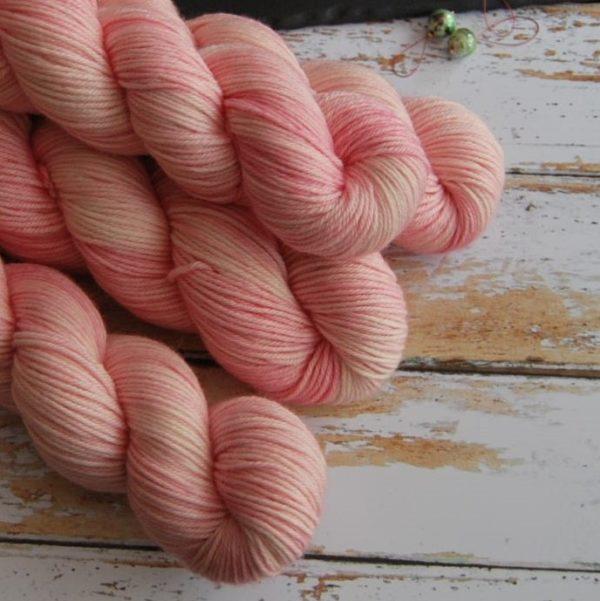une-louve-dans-les-bois-2-laine-artisanal-teinte-main-DK-merino-little-lady