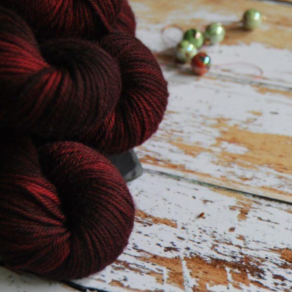 une-louve-dans-les-bois-2-laine-artisanal-teinte-main-DK-merino-petite-griotte