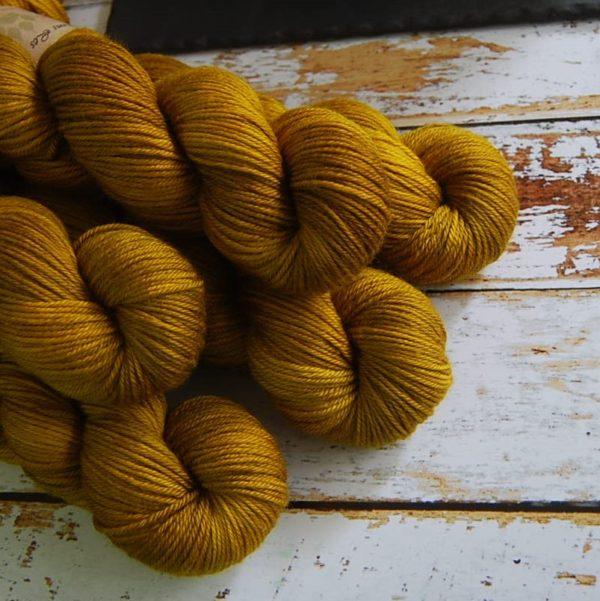 une-louve-dans-les-bois-2-laine-artisanal-teinte-main-DK-merino-ruee-vers-l-or