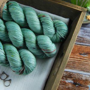une-louve-dans-les-bois-2-laine-artisanal-teinte-main-DK-merino-sirenes