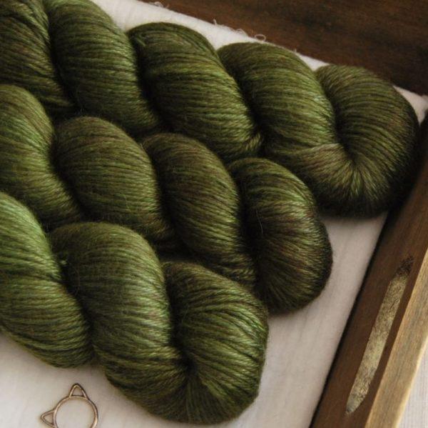 une-louve-dans-les-bois-2-laine-artisanal-teinte-main-alpaga-soie-cachemire-DK-brocéliande