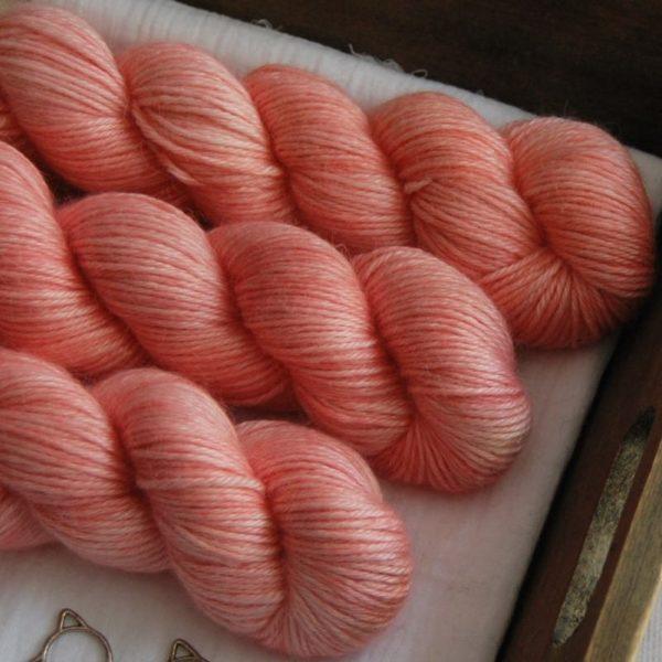 une-louve-dans-les-bois-2-laine-artisanal-teinte-main-alpaga-soie-cachemire-DK-coral-bay
