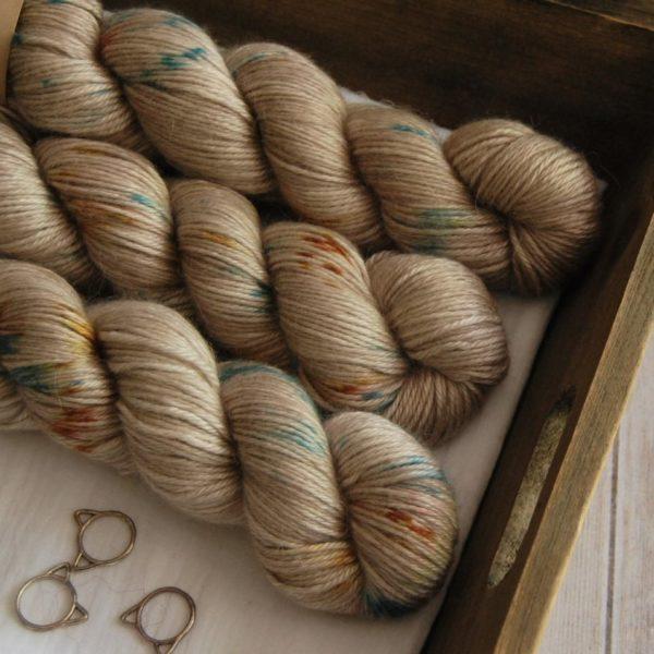 une-louve-dans-les-bois-2-laine-artisanal-teinte-main-alpaga-soie-cachemire-DK-en-amoureux-sur-la-plage