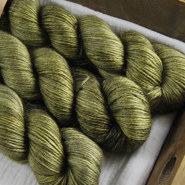 une-louve-dans-les-bois-2-laine-artisanal-teinte-main-alpaga-soie-cachemire-DK-en-terres-d-irlande