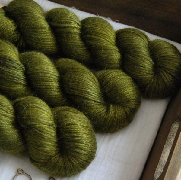 une-louve-dans-les-bois-2-laine-artisanal-teinte-main-alpaga-soie-cachemire-DK-foret-noire
