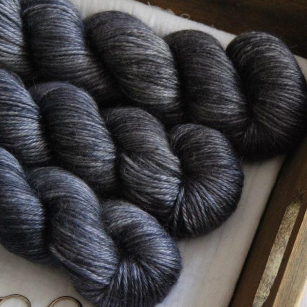une-louve-dans-les-bois-2-laine-artisanal-teinte-main-alpaga-soie-cachemire-DK-graphite