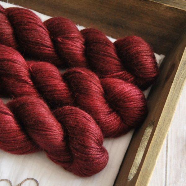 une-louve-dans-les-bois-2-laine-artisanal-teinte-main-alpaga-soie-cachemire-DK-petite-griotte