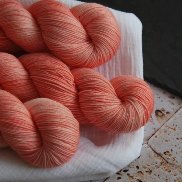 une-louve-dans-les-bois-2-laine-artisanal-teinte-main-fine-sock-merino-coral-bay