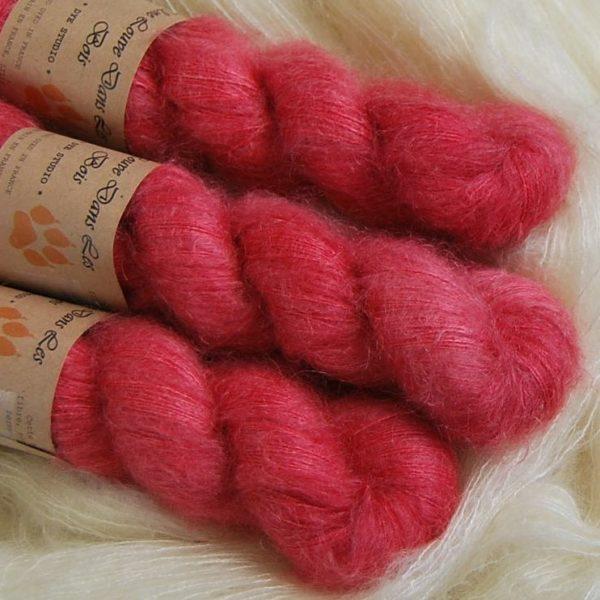 une-louve-dans-les-bois-2-laine-artisanal-teinte-main-superkid-mohair-coeur-de-cerise