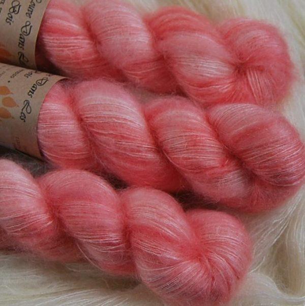une-louve-dans-les-bois-2-laine-artisanal-teinte-main-superkid-mohair-coral-bay