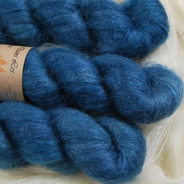 une-louve-dans-les-bois-2-laine-artisanal-teinte-main-superkid-mohair-dans-les-profondeurs