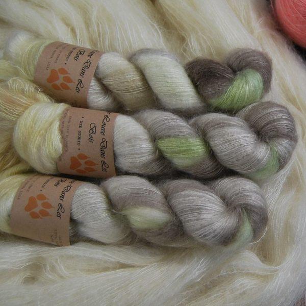 une-louve-dans-les-bois-2-laine-artisanal-teinte-main-superkid-mohair-ecumes