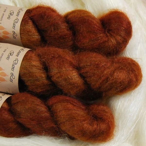 une-louve-dans-les-bois-2-laine-artisanal-teinte-main-superkid-mohair-l-odeur-du-bois