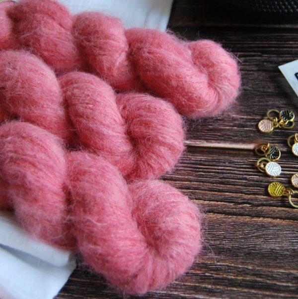 une-louve-dans-les-bois-2-laine-artisanal-teinte-main-suri-alpaga-coeur-de-cerise
