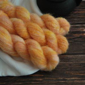 une-louve-dans-les-bois-2-laine-artisanal-teinte-main-suri-alpaga-marmelade-d-agrumes