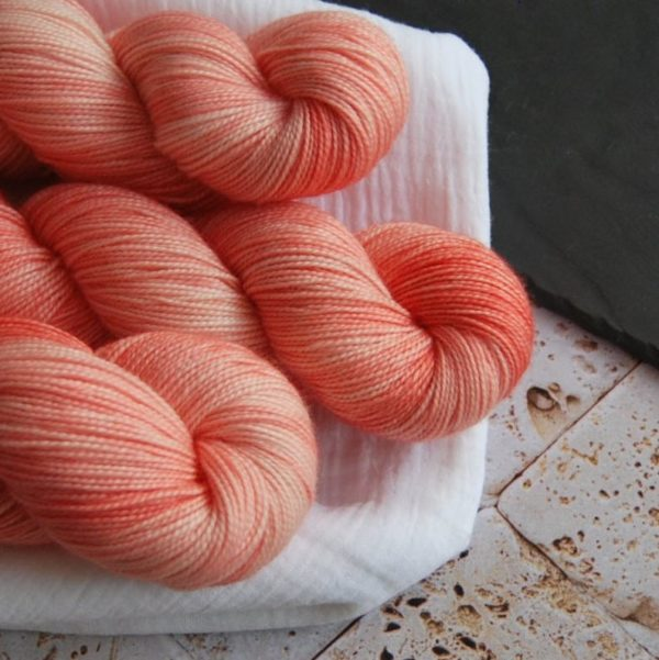 une-louve-dans-les-bois-2-laine-artisanal-teinte-main-twist-sock-merino-coral-bay