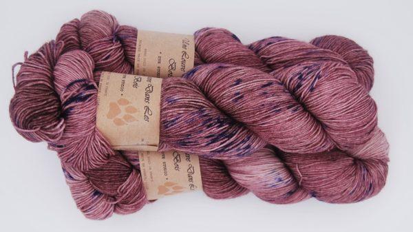 une-louve-dans-les-bois-2-merino-artisanal-teinte-main-fine-sock-blueberry-sorbet