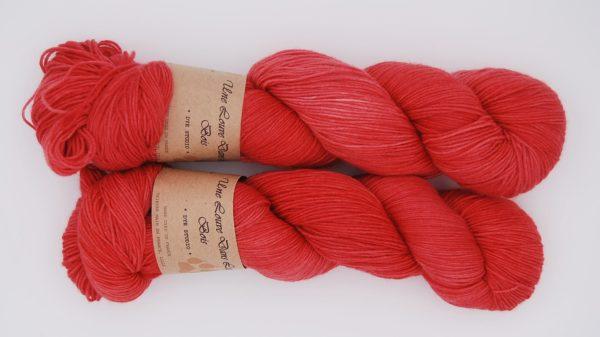 une-louve-dans-les-bois-2-merino-artisanal-teinte-main-fine-sock-coeur-de-cerise
