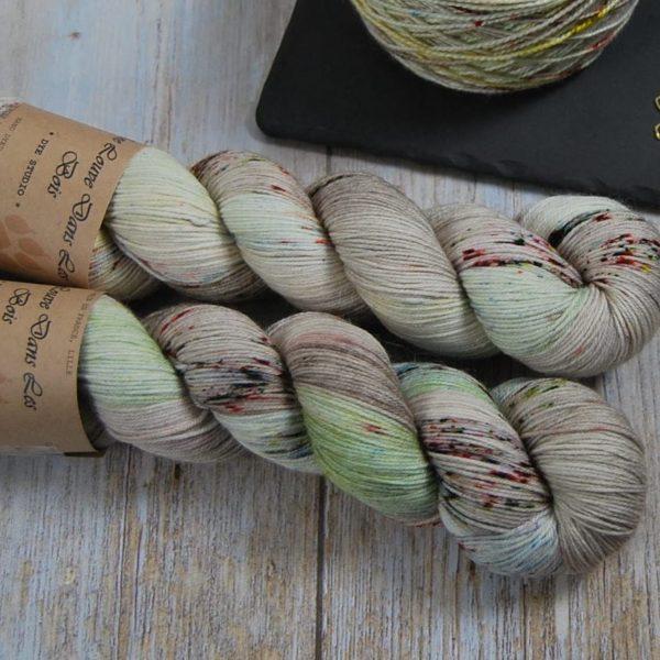une-louve-dans-les-bois-2-merino-artisanal-teinte-main-fine-sock-ecumes