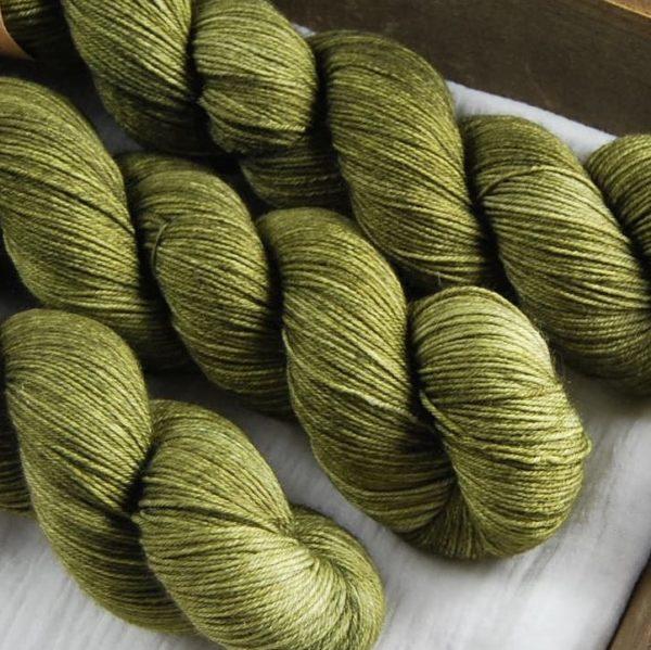 une-louve-dans-les-bois-2-merino-artisanal-teinte-main-fine-sock-en-terres-d-irlande