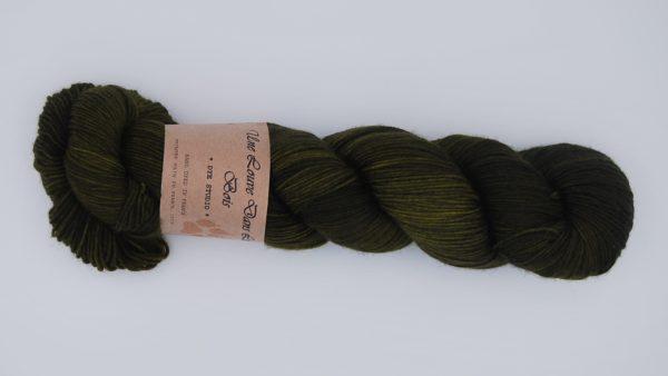 une-louve-dans-les-bois-2-merino-artisanal-teinte-main-fine-sock-foret-noire
