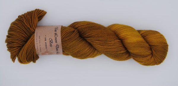 une-louve-dans-les-bois-2-merino-artisanal-teinte-main-fine-sock-ruee-vers-l-or