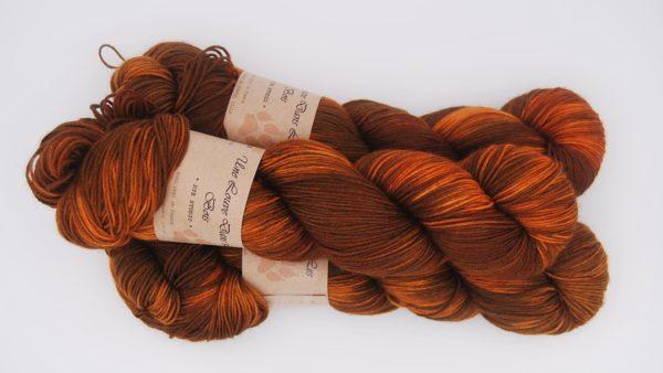 une-louve-dans-les-bois-2-merino-artisanal-teinte-main-fine-sock-rustique