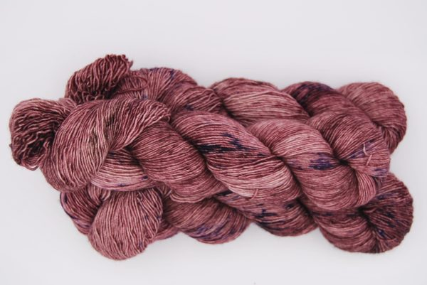 une-louve-dans-les-bois-2-merino-artisanal-teinte-main-single-blueberry-sorbet