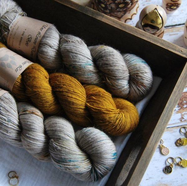 une-louve-dans-les-bois-2-merino-artisanal-teinte-main-single-jolies-fleurs-en-amoureux-sur-la-plage-ruee-vers-l-or