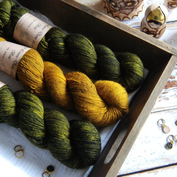 une-louve-dans-les-bois-2-merino-artisanal-teinte-main-single-jolies-fleurs-foret-noire-ruee-vers-l-or