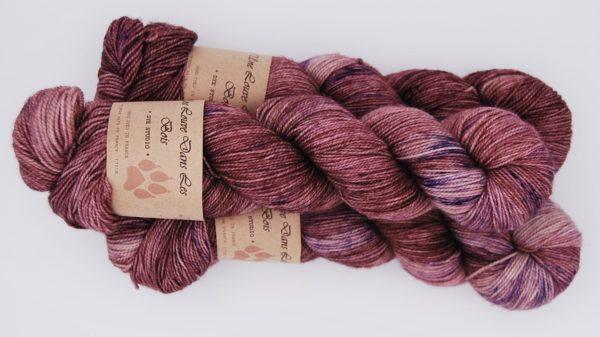 une-louve-dans-les-bois-2-merino-artisanal-teinte-main-twist-sock-blueberry-sorbet