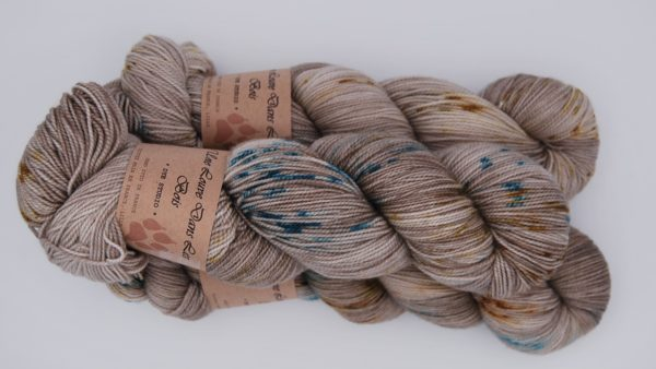 une-louve-dans-les-bois-2-merino-artisanal-teinte-main-twist-sock-en-amoureux-sur-la-plage