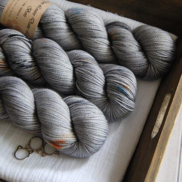 une-louve-dans-les-bois-2-merino-artisanal-teinte-main-twist-sock-epaves-en-mer-d-iroise