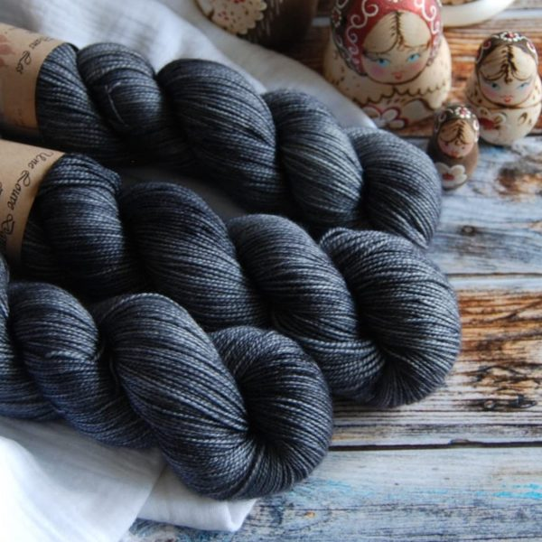 une-louve-dans-les-bois-2-merino-artisanal-teinte-main-twist-sock-graphite