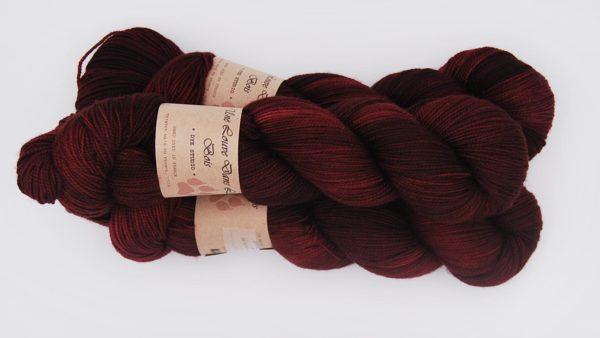 une-louve-dans-les-bois-2-merino-artisanal-teinte-main-twist-sock-petite-griotte