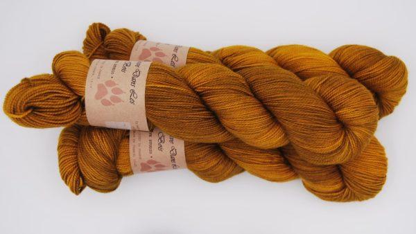 une-louve-dans-les-bois-2-merino-artisanal-teinte-main-twist-sock-ruee-l-or
