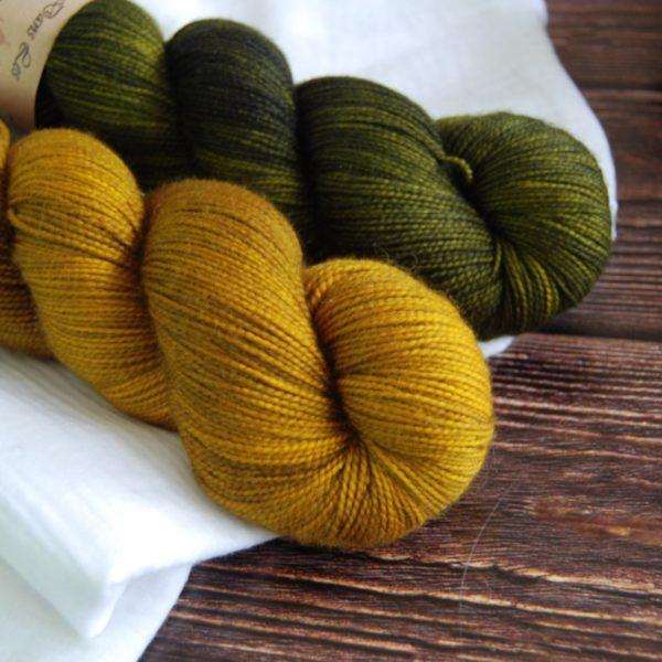 une-louve-dans-les-bois-2-merino-artisanal-teinte-main-twist-sock-ruee-vers-l-or-foret-noire
