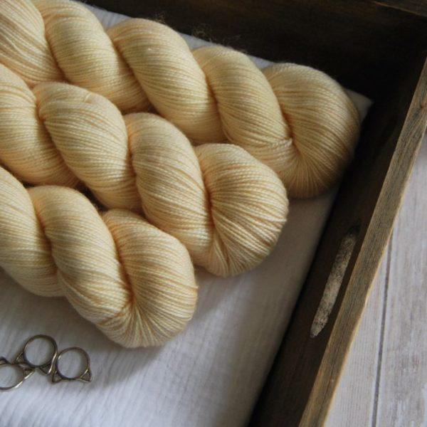 une-louve-dans-les-bois-2-merino-artisanal-teinte-main-twist-sock-soleil-de-minuit