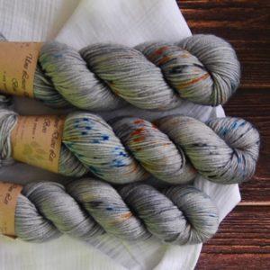 une-louve-dans-les-bois-3-laine-artisanal-teinte-main-DK-merino-epaves-en-mer-d-iroise