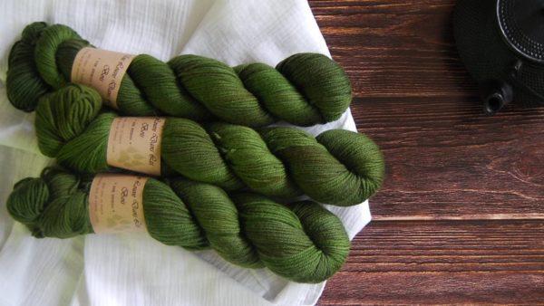 une-louve-dans-les-bois-3-laine-artisanal-teinte-main-DK-merino-foret-noire