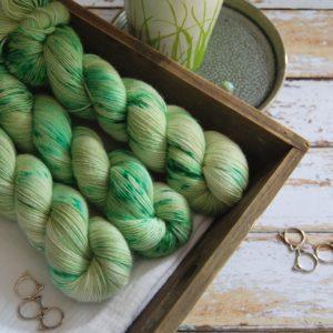 une-louve-dans-les-bois-3-laine-artisanal-teinte-main-single-merino-mojito