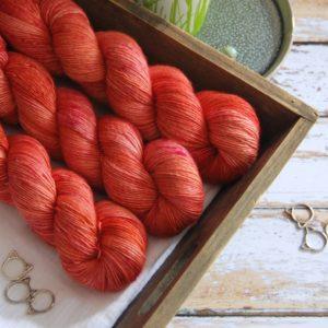 une-louve-dans-les-bois-3-laine-artisanal-teinte-main-single-merino-palais-des-vents