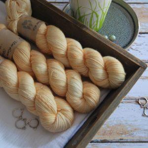 une-louve-dans-les-bois-3-laine-artisanal-teinte-main-single-merino-soleil-de-minuit