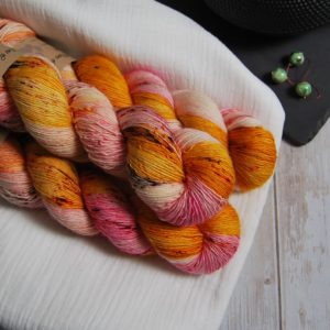 une-louve-dans-les-bois-3-laine-artisanal-teinte-main-single-merino-waiting-for-summer