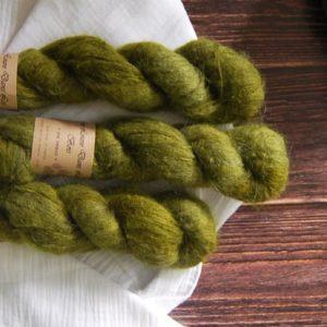 une-louve-dans-les-bois-3-laine-artisanal-teinte-main-suri-alpaga-foret-noire