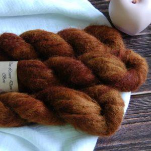 une-louve-dans-les-bois-3-laine-artisanal-teinte-main-suri-alpaga-l-odeur-du-bois