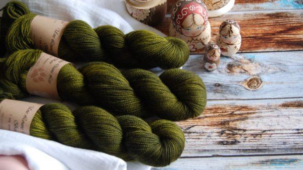 une-louve-dans-les-bois-3-laine-artisanal-teinte-main-twist-sock-foret-noire