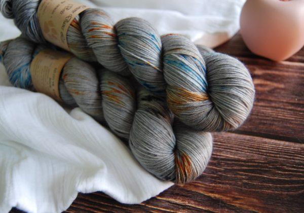 une-louve-dans-les-bois-3-merino-artisanal-teinte-main-fine-sock-epaves-en-mer-d-iroise